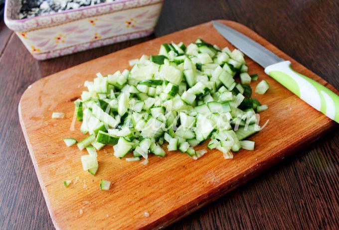 Слоеный салат с курицей и черносливом: пошаговый с фото - Шаг №4