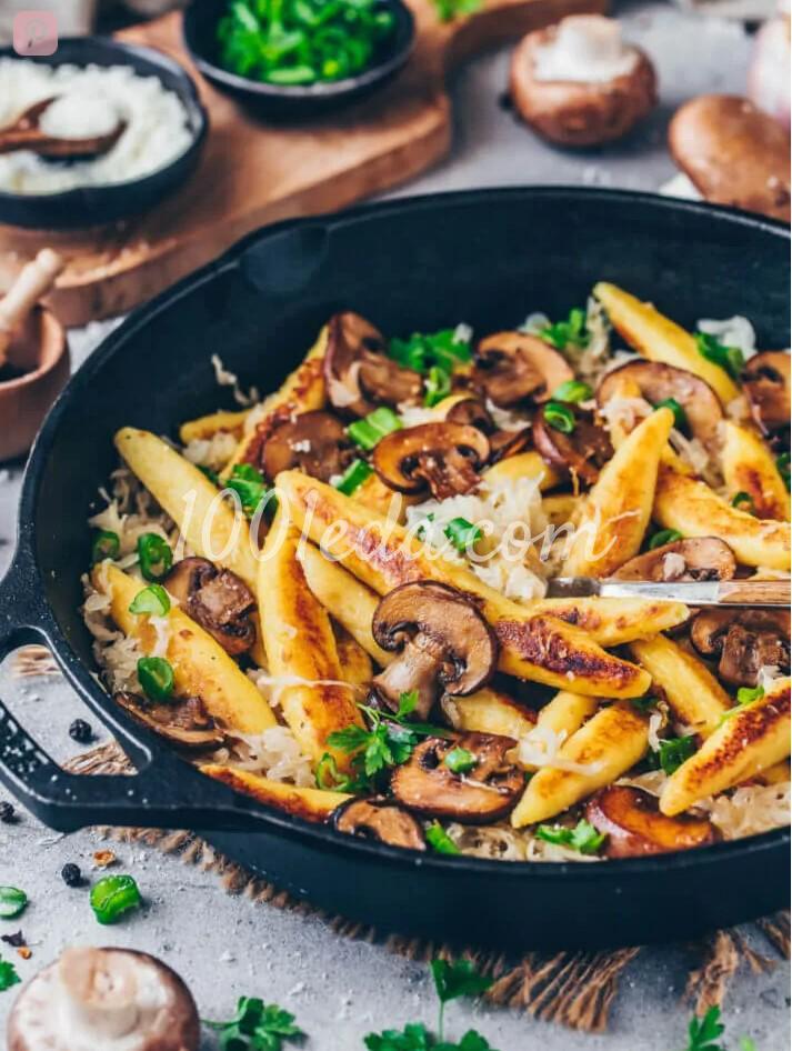Веганская картофельная лапша с квашеной капустой и грибами