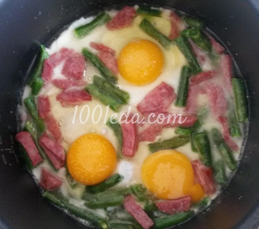 Яичница с фасолью и колбасой