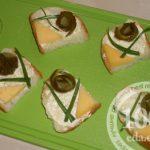 Бутерброд с сыром и соленым огурцом