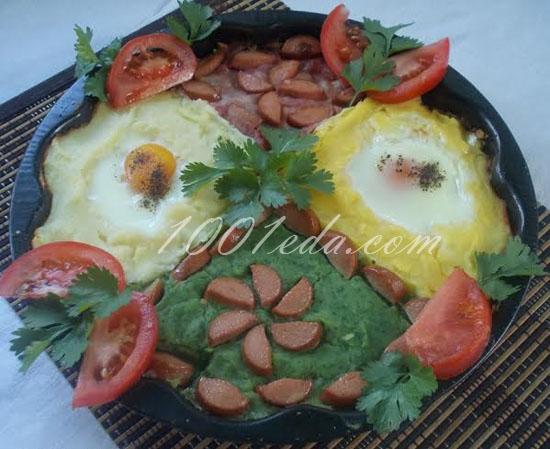 Цветное картофельное пюре с глазуньей и сосисками