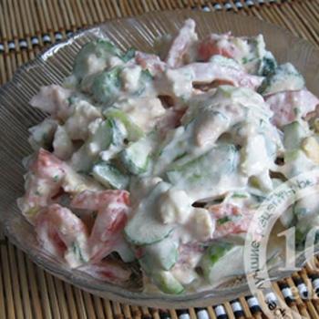 Овощной салат с яичницей болтуньей