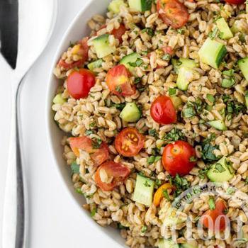 Летний салат из злаков с овощами