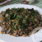 Гречневая каша с луком и грибами в сковороде