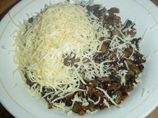 Рулет из курицы с омлетом, грибами и сыром