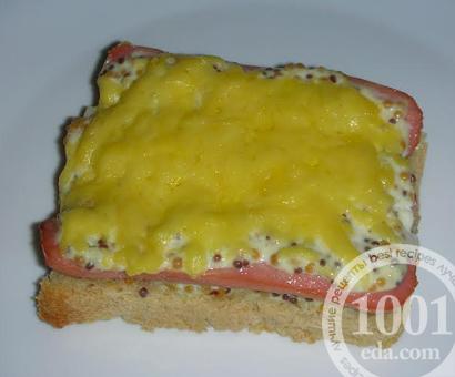 Горячие бутерброды с сосисками и сметано-горчичной заливкой