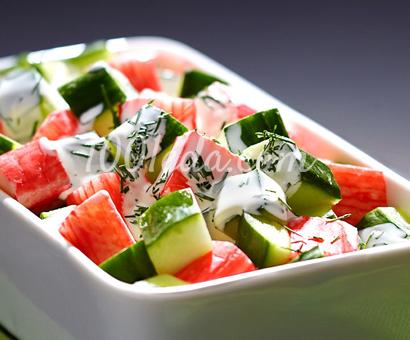 Салат с крабовыми палочками и йогуртовым соусом