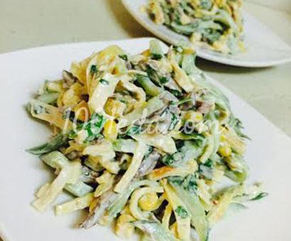 Салат с блинчиками и кукурузой и кинзой
