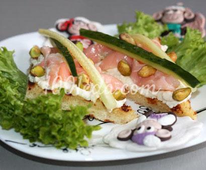 Праздничные бутерброды с семгой и фисташками