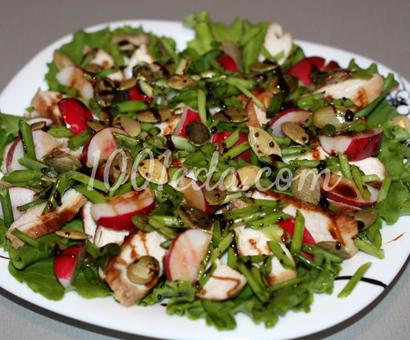Легкий салат с куриной грудкой, редисом и тыквенными семечками
