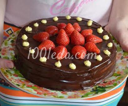Шоколадный торт со сливками и клубникой