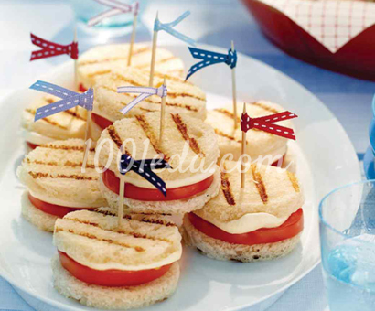 Сандвич-гриль с помидорами и моцареллой