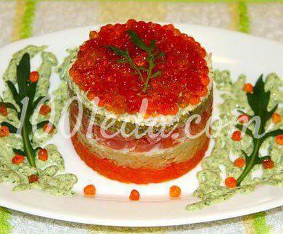 Оригинальный салат с сырокопченой курицей и красной икрой