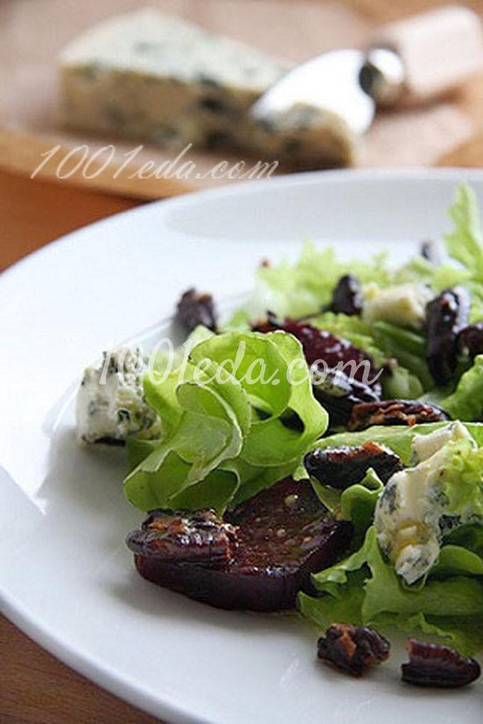 Салат с зеленью, свеклой и голубым сыром