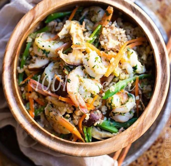 Жареный рис с цветной капустой, кинзой и креветками