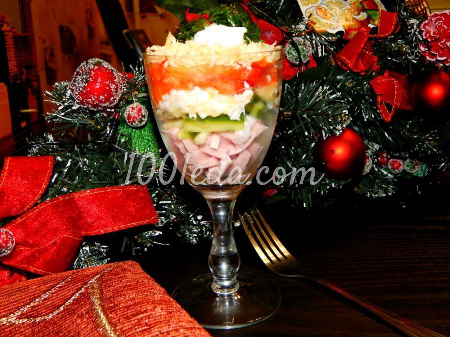 Слоеный салат с колбасой и помидорами в бокале