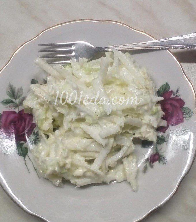 Салат из пекинской капусты с луком и яблоком, заправленный сметаной