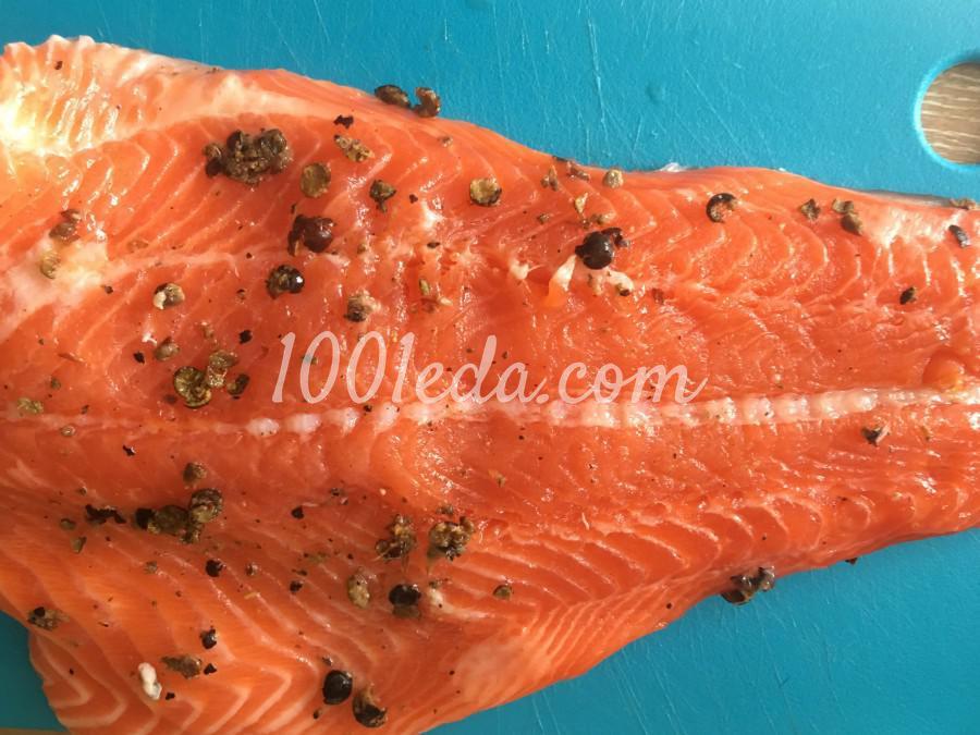 Красная рыбка с можжевеловыми ягодами