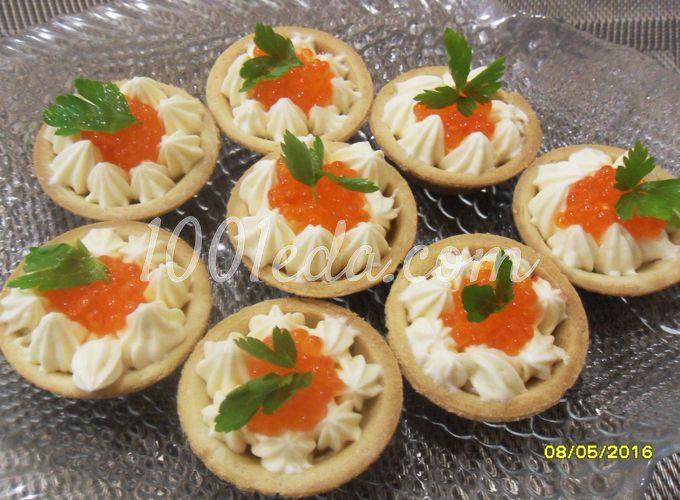 Тарталетки с красной икрой и масляно-сырной начинкой