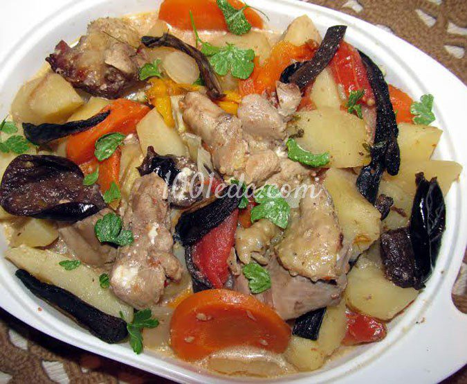 Индейка, тушеная с овощами, грибами и черносливом