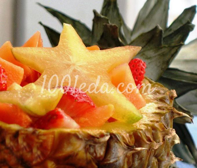 Салат из фруктов и пряностей в ананасе