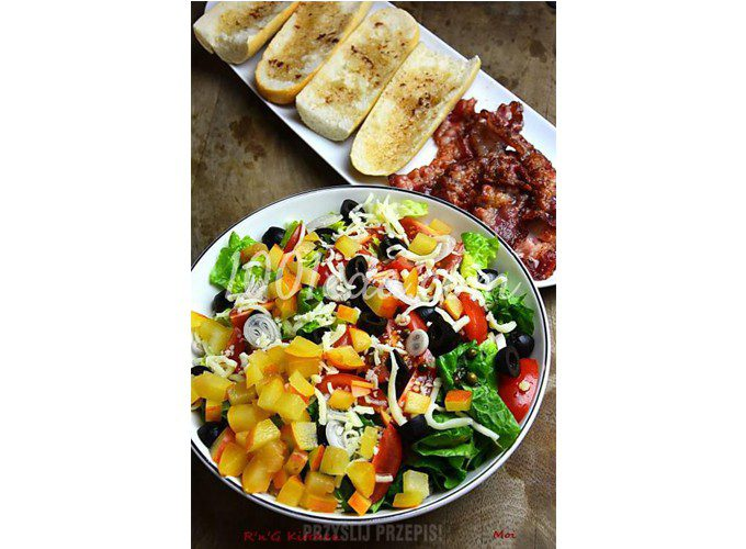 Быстрый ужин с фруктами, овощами и обжаренным беконом