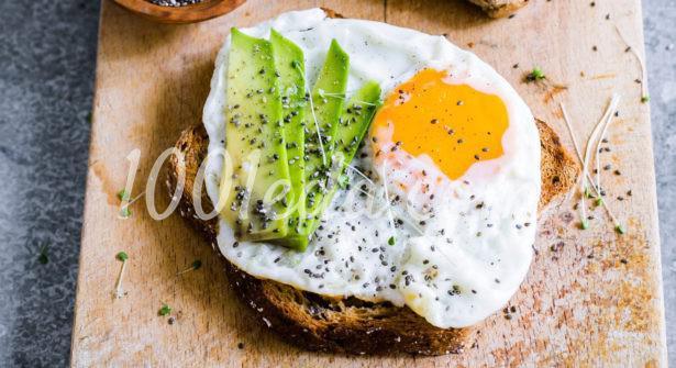 Яичный блинчик с авокадо и семенами чиа