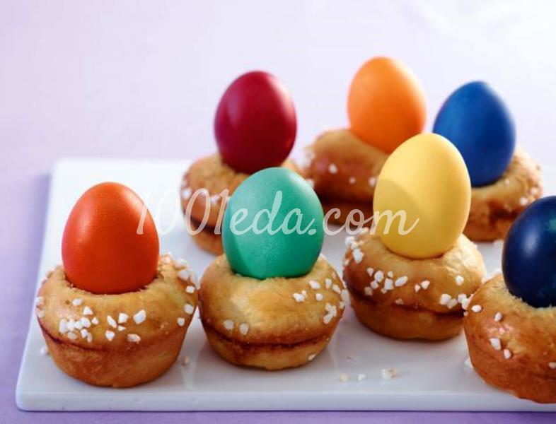 Кексы с красочными пасхальными яйцами