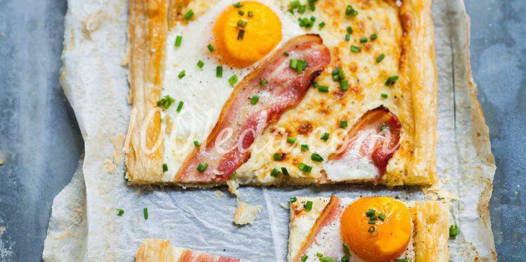 Слоеный пирог с беконом и яйцом