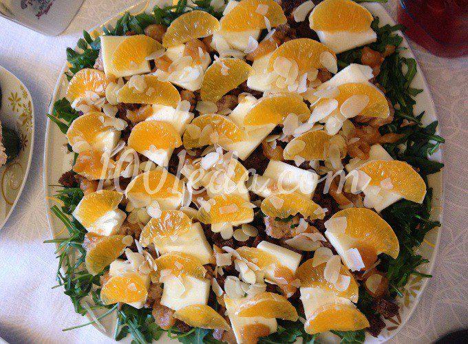 Салат с печенью трески, руколой и мандаринами