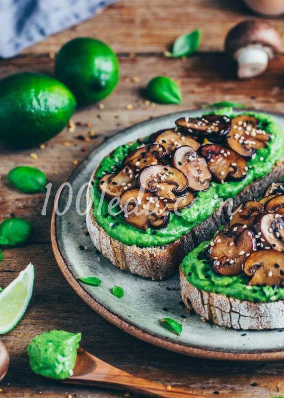 Тост с авокадо и чесночными грибами